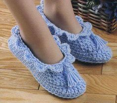This Pin was discovered by Cıc Crochet Boots, Crochet Baby Shoes, Knitted Slippers, Slipper Socks, Knitted Baby Clothes, Crochet Clothes, Knit Shoes, Sock Shoes, Knitting Socks