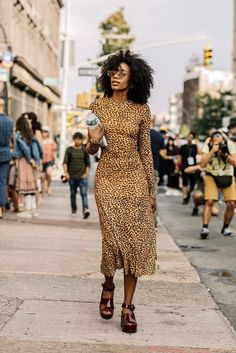 25 of the Coolest Animal Print Dresses This Season (Le Fashion) 25 dos melhores vestidos estampados Fashion Week, Look Fashion, Girl Fashion, Fashion Outfits, Womens Fashion, Fashion Trends, 70s Fashion, Korean Fashion, Fashion Online