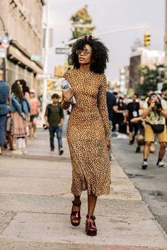 25 of the Coolest Animal Print Dresses This Season (Le Fashion) 25 dos melhores vestidos estampados Fashion Week, Look Fashion, Girl Fashion, Fashion Outfits, Womens Fashion, Fashion Trends, 70s Fashion, Korean Fashion, Fashion Online