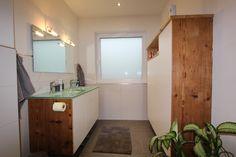 Bad in Altholz Fichte mit weißen Pulver Fronten kombiniert. Waschtischplatte in Glas Mirror, Bathroom, Furniture, Home Decor, Carpentry, Full Bath, Bathing, Corning Glass, Washroom