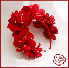 Девушки черный обруч красный цветок