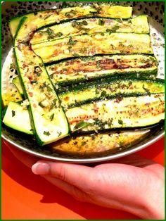 """750g vous propose la recette """"Courgettes grillées marinées comme un antipasti"""" accompagnée de sa version vidéo pour cuisiner en compagnie de Chef Damien et Chef Christophe. Antipasto, Chef Damien, Zucchini, Salads, Comme, Vegetables, Lactose, Food, Drinks"""