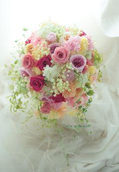 ハワイまで、機内手荷物で運んでくださった プリザーブドフラワーのブーケ。  アクセントにしたフーシャピンクのバラの色は、 花嫁様のおしゃれ...