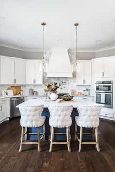 You won't believe the 'before' of this magazine-worthy blue and white kitchen! Waxhaw, NC based Interior Designer Sara Lynn Brennan turned 'builder basic' into 'Showhouse Showcase' Transitional Living Rooms, Transitional Kitchen, Transitional Decor, Kitchen Styling, Kitchen Decor, Kitchen Ideas, Interior Design Kitchen, Interior Decorating, Gold Kitchen