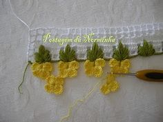 Lovely flower edging with picture tutorial - interesting stitches! #crochet #flowers