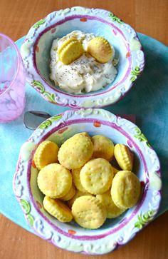 Per una aperitivo con gli amici, per una stuzzicante cenetta oppure per le prossime festività questi biscottini alla curcuma e robiola s...