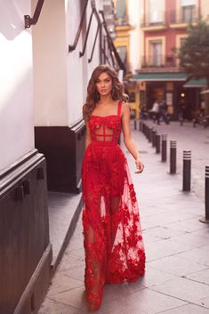 Fashion Tips Diy Mariella - Red Floral Embellished Gown with Structured Bodice.Fashion Tips Diy Mariella - Red Floral Embellished Gown with Structured Bodice Spring Formal Dresses, Formal Evening Dresses, Summer Dresses, Dress Formal, Dress Long, Long Elegant Dresses, Red Evening Gowns, Formal Prom, Outfit Summer