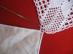 Eu Amo Artesanato: Toalha de linho e crochê Crochet Table Runner Pattern, Crochet Tablecloth, Crochet Diagram, Filet Crochet, Blog, Ideas, Dining Table Runners, Hand Towels, Butterfly Embroidery