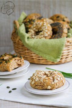 Selbstgemachte luftig lockere Vollkorn Bagels aus Weizenvollkornmehl und Haferflocken. Leckere amerikanische Hefeteig-Bagels getoppt mit Kürbiskernen, Haferflocken, Sonnenblumenkernen, Mohn oder Sesam. Wie in den USA.