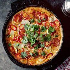Frittata z kiełbaską chorizo, pomidorkami i chili | Kwestia Smaku