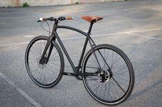 Im Kundenauftrag und in Erinnerung an den viel zu früh verstorbenen US-Rahmenbauer Ezra Caldwell aka Fast Boy Cycles hat Tom…