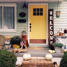 Love the yellow door with the green siding, and maybe a vertical welcome sign like this's for outside our kitchen door? Pic from @hellolittlenest