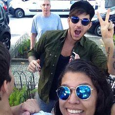 Adam and a fan, photo via leholiveiira https://instagram.com/p/734dWZJylk/