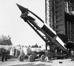 El V-2 Este cohete fue el primer misil balístico de combate3 de largo alcance del mundo4 y el primer artefacto humano conocido que hizo un vuelo suborbital.