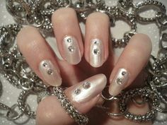 Ida-Marian kynnet / Light polish with rhinestones / #Nails #Nailart