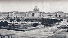 La fotografía está tomada cuando aún no habían finalizado las obras de construcción del Palacio de la Industria y de las Artes, comenzadas en 1881 por el arquitecto Fernando de la Torriente y concluidas en 1887 por Emilio Boix.