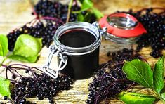 Homemade elderberry syrup to prevent sickness with raw honey for flu, cough and cold Elderberry Jam, Elderberry Benefits, Elderberry Recipes, Raw Honey, Herbal Medicine, Natural Remedies, Herbal Remedies, Herbalism, Berries