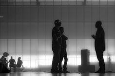 Dark 03 – Figuren als Schattenrisse vor diffuser Theaterbeleuchtung. Surreales Gemenge aus Kommunikation, Betrachtung und Bewegung. 2014, MD | © www.piqt.de | #PIQT