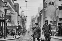 Mycket folk som rör sig en lördagmorgon i Norrköping. Staden lockar mig hela tiden ut med kameran. Drottninggatan framförallt. Spårvagnar i Södertull som går mot resecentrum. #streetphoto #street_photography #gatufoto #norrköping #södertull #portrait #zoranfoto #bröllopsfotograf #vadstena