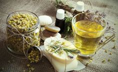 Popularmente consumida como chá calmante, as flores da camomila também rendem um óleo essencial com propriedades interessantes para cuidar da saúde do corpo. Além disso, o óleo essencial de camomila é está entre os mais utilizados na aromaterapia como tratamento antidepressivo, calmante e relaxante.