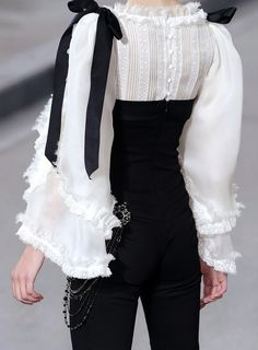 Chanel s/s I would wear the hell out of that. Every single day. Love it Besuche unseren Shop, wenn es nicht unbedingt Chanel sein muss.-) Source by clothes fashion haute couture White Fashion, Paris Fashion, Runway Fashion, Trendy Fashion, Womens Fashion, Fashion Trends, Chanel Fashion Show, Couture Fashion, Mode Outfits