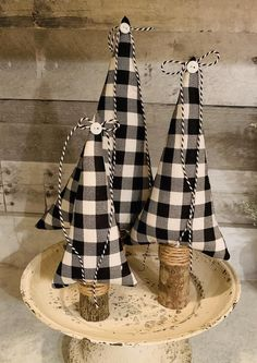 Desktop posta: what it is, how to make and 60 decorating tips - Home Fashion Trend Fabric Christmas Trees, Black Christmas Trees, Diy Christmas Tree, Christmas Projects, Decorated Christmas Trees, Vintage Christmas, Christmas Mantles, Burlap Christmas, Christmas Villages