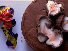 Cadbury Creme Egg Cake This fun Easter recipe is perfect for Easter picnics, dinners and parties. Creme Egg Cake, Cadbury Creme Egg Recipes, Easter Recipes, Easter Ideas, Creative Food, No Bake Cake, Edible Crafts, Baking Recipes, Favorite Recipes