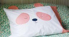 Faça uma fronha panda para deixar o momento de dormir de seus filhos muito mais fofo e divertido.