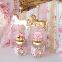 """El Día que me Quieras Store on Instagram: """"Mini frasquitos carrousel #carrouselparty #souvenirs #pinkandgold #porloqueyotequierodeco"""" Carousel Birthday Parties, Unicorn Birthday Parties, First Birthday Parties, First Birthdays, Carousel Cake, Carousel Party, Circus Party, Horse Baby Showers, Baby Shower Fun"""