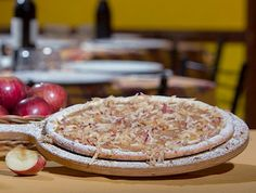 Ricette senza glutine - Per la base della pizza utilizzare un panetto di pasta per pizza senza glutine da 300 gr.  Versare in una boule 150 cl. d'acqua naturale e i