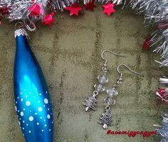 Már az ünnepekre hangolódom. Áttetsző üveggyöngy és ezüstös színek. A függő alján pici karácsonyfa.