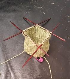 Knitted Socks Free Pattern, Knitting Socks, Knitting Patterns Free, Free Knitting, Crochet Patterns, Drops Design, Footprints In The Sand, Crochet Yarn, Free Crochet