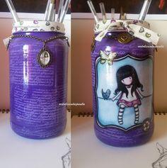 Frasco reciclado. Carimbo, boneca em tecido e aplicações metálicas.
