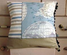 Maritimer Kissenbezug, ca. 35 x 35 cm groß, aus drei verschiedenen Baumwollstoffen (mit Weltkarten-/Globusmotiv, gestreift und gepunktet). Zusätzli...