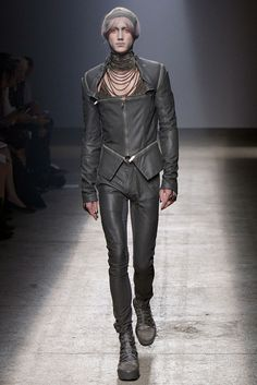 Gareth Pugh Spring 2010 Ready-to-Wear Fashion Show - Perlin Gentil (SUCCESS)