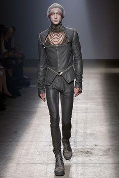 Gareth Pugh Spring 2010 Ready-to-Wear Fashion Show - Perlin Gentil (SUCCESS)