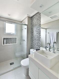 Banheiro Branco com Pastilhas Cinzas no Nicho