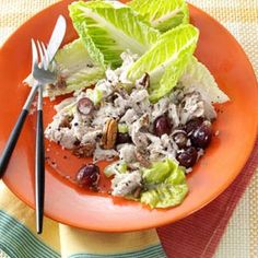 Chunky Chicken Salad with Grapes and Pecans @keyingredient #quick #chicken #bread