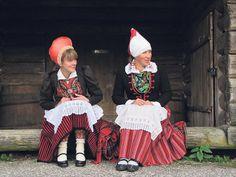 Tori, Pärnu county, West Estonia. Anne Rätsep (paremal) ja Anneli Laur esitlevad Toris oma äsjast raamatut Tori kihelkonna rahvarõivaist.