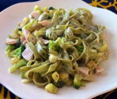 La base de esta receta son los nidos de pasta con espinacas, acompañados de brócoli, calabacín y tacos de pavo con una suave crema de queso cremoso.