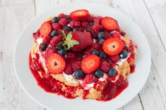 Clean eating Pavlova recipe which is dairy free, sugar free and gluten free. Serve with warm berries and coconut cream or yoghurt for healthier option. Clean Eating Recipes, Healthy Recipes, Healthy Food, Healthy Eating, Dairy Free Cream, Pavlova Recipe, Berry Sauce, Red Nose Day, Gateaux Cake