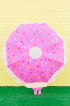 Have the sweetest umbrella on the beach with this DIY donut beach umbrella! All you need is paint! Donut Diy, Diy Donuts, Doughnuts, Donut Shop, Summer Crafts, Diy And Crafts, Emoji Craft, Umbrella Painting, Donut Decorations