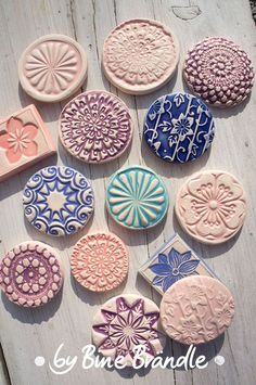 Make magnets out of ceramic yourself. Great DIY instructions for making Bine Brändle pottery. Diy Clay, Clay Crafts, Diy And Crafts, Arts And Crafts, Clay Stamps, Pottery Tools, Slab Pottery, Clay Magnets, Slab Ceramics