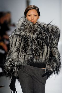 Basso Fall 2011 Runway Pictures i died and came back to life whew Dennis Basso Fall died and came back to life whew Dennis Basso Fall 2011 Fur Fashion, Look Fashion, High Fashion, Winter Wear, Autumn Winter Fashion, Fall Winter, Glamorous Chic Life, Dennis Basso, Fabulous Furs