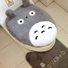 Bring the captivating world of Hayao Miyazaki's My Neighbor Totoro to your home with this 3 piece bathroom set! You'll be able pay homage to your favorite Studio Ghibli film as you utilize Totoro's soft fur as a comfy place to poop.