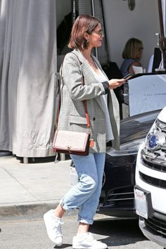 Casual styles 201254677085597315 - Selena Gomez Pulled Off Such a Nifty Old Trick With Her Jeans Source by pauladedi European Street Style, Italian Street Style, Nyc Street Style, Rihanna Street Style, Model Street Style, Street Styles, Street Mall, Look Fashion, Spring Fashion