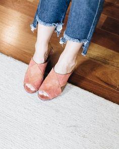 Barra assimétrica  mule = combo trendy Na pic jeans 'mom com lavação escura' @dzarmoficial e mule 'corda metalizada' @follow_tami - ambos você encontra no @ilove.e lógico #shopthestory pelo link da bio  #shoponline . . . #shoponline #looks #ootd #fashionista #moda #fashion #style #instastyle #instamoda #picoftheday #looks #cool #beautiful #amazing #instafashion #tips #dicasdemoda #tendencia #trendy #chic  #denim #jeans #momjeans #mule