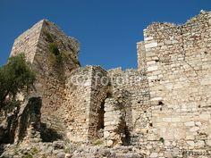 Uralte Steinmauern der Festung Pecinkale vor strahlend blauem Himmel im Westen der Türkei