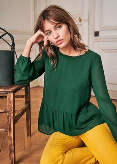 Green Blouse Outfit, Couture Tops, Got The Look, Parisian Style, Silk Chiffon, Autumn Fashion, Fashion Outfits, How To Wear, Woman Shirt