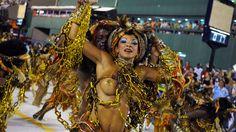 30 de poze pline de culoare de la Carnavalul din Rio 2012.  Vezi mai multe poze pe www.ghiduri-turistice.info  Source : ww.flickr.com/photos/sergiohsg/6785776630 Rio Carnival, Carnivals, Mai, Brazil, Wonder Woman, Superhero, Reading, Books, How To Wear